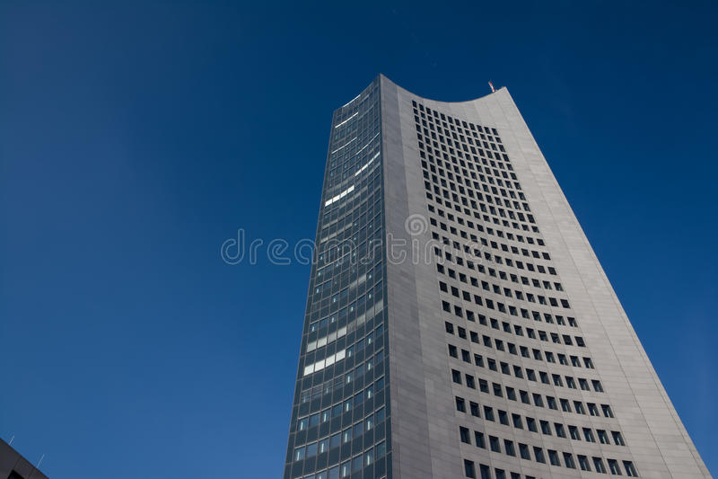 Небеса Outdoors g небоскреба Highrise башни панорамы Лейпцига голубые стоковые изображения rf
