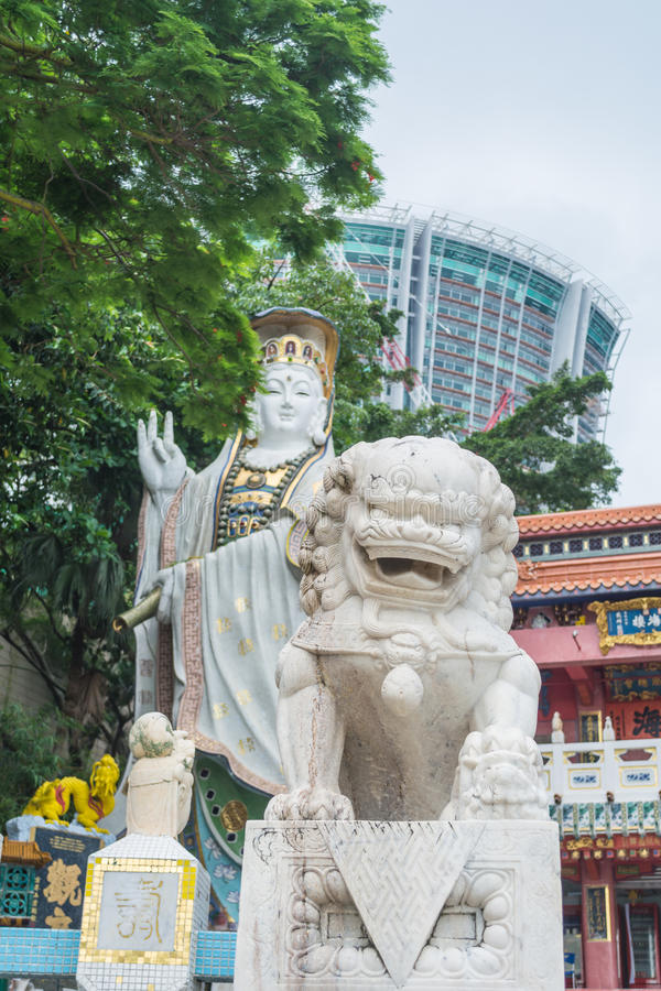 Небесная статуя льва и статуя Kwun Яма на виске Kwun Яма, Гонконге стоковые изображения rf
