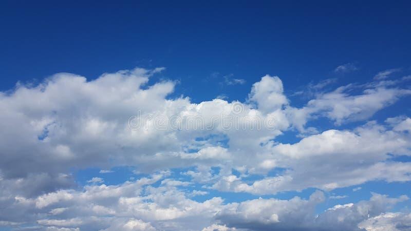 Небесно-голубые облака белые как время весны хлопка стоковая фотография
