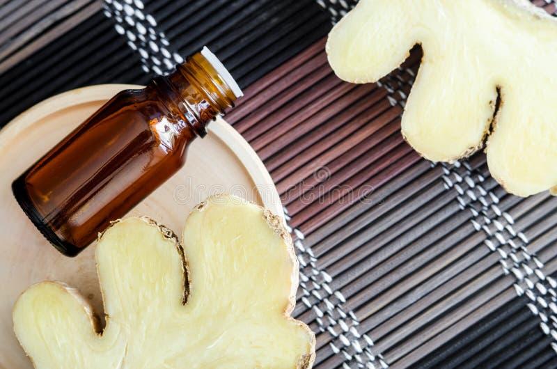 Небольшая бутылка с необходимым имбирным маслом Концепция ароматерапии, спа и фитотерапии r стоковое фото