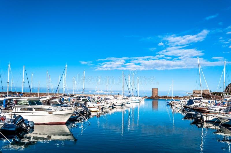 Небольшая гавань вполне шлюпок стоковая фотография rf