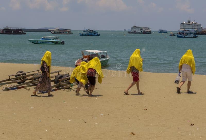 Небольшая группа в составе туристы в желтых одеялах пошла к их стоковое изображение