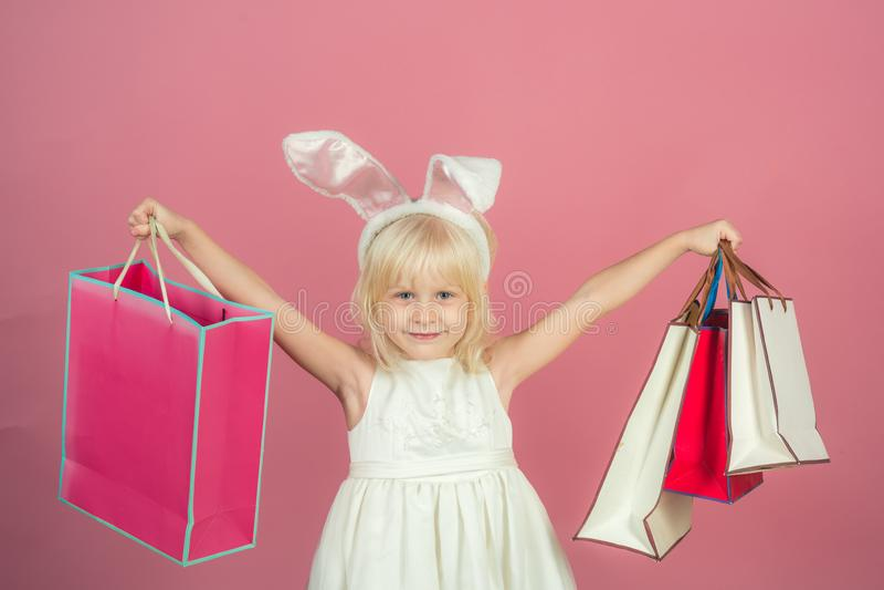 Небольшая девушка в ушах зайчика, пасха стоковая фотография rf