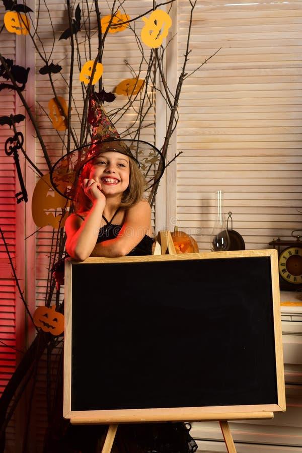 Небольшая девушка с приглашением хеллоуина на классн классном Небольшая девушка празднует хеллоуин в школе 1 приглашение карточки стоковое изображение rf