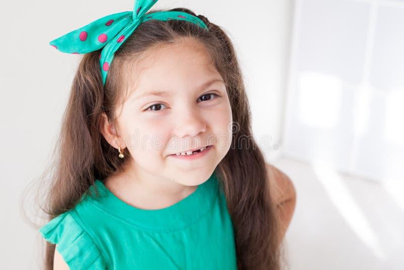 Небольшая красивая девушка очищает зубоврачевание зубной щетки зубов стоковое изображение rf