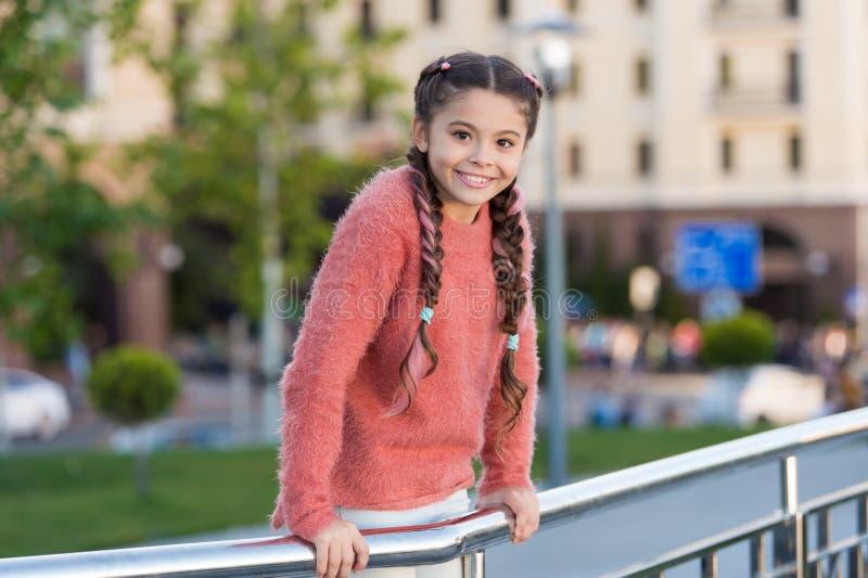 Небольшая красота Небольшой ребенок с косичками волос брюнета усмехаясь в случайном стиле моды Счастливая небольшая девушка со сл стоковая фотография