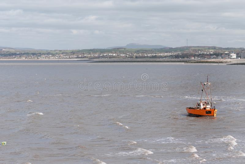 Небольшая маленькая рыбацкая лодка тряхнута волнами и ветреной погод стоковое фото rf