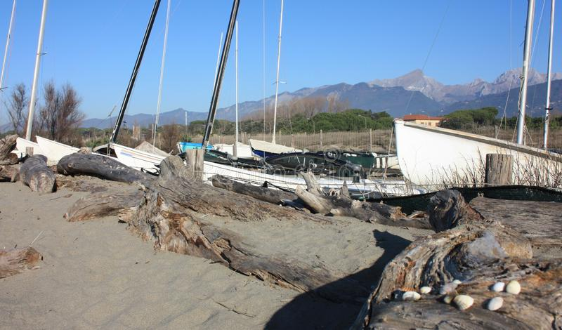 Небольшая Марина или временный порт на пляже зимы стоковое изображение rf