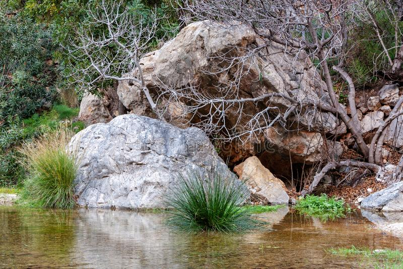 Небольшая пещера в утесах около водопада с зеленым прудом воды Пошлина del Baladre, del Algar Las Fuentes/фонтаны Algar, стоковые фото