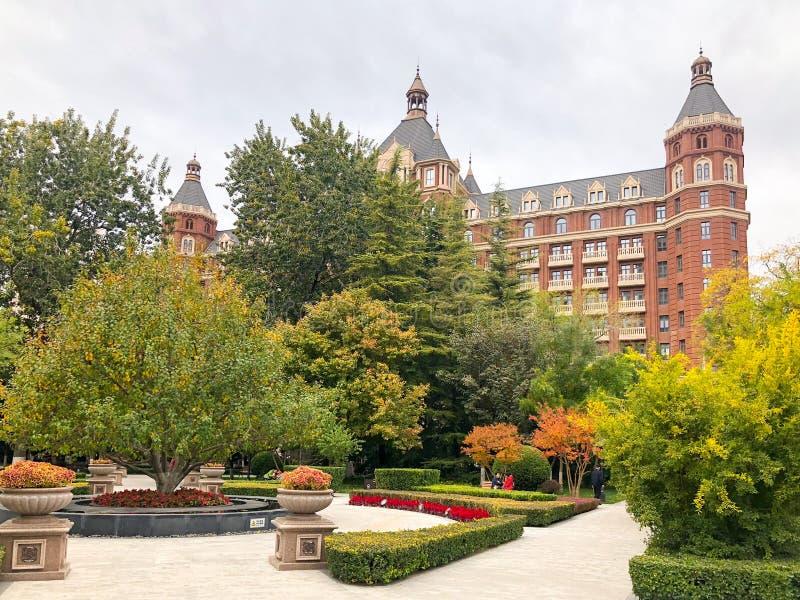 Небольшая площадь в городе Тяньцзиня с маленьким парком и пятизвездочной гостиницой Ritz Carlton стоковая фотография rf