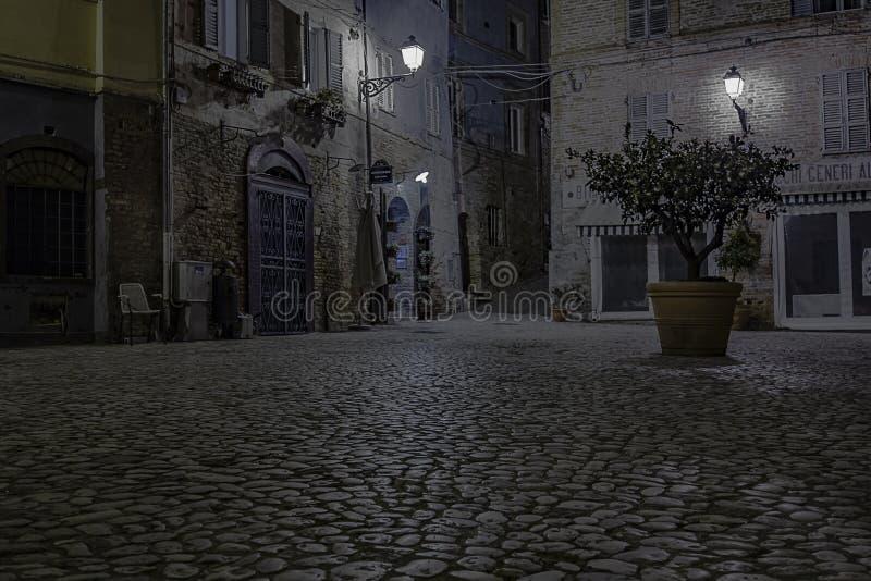 Небольшая площадь в ноче стоковое изображение