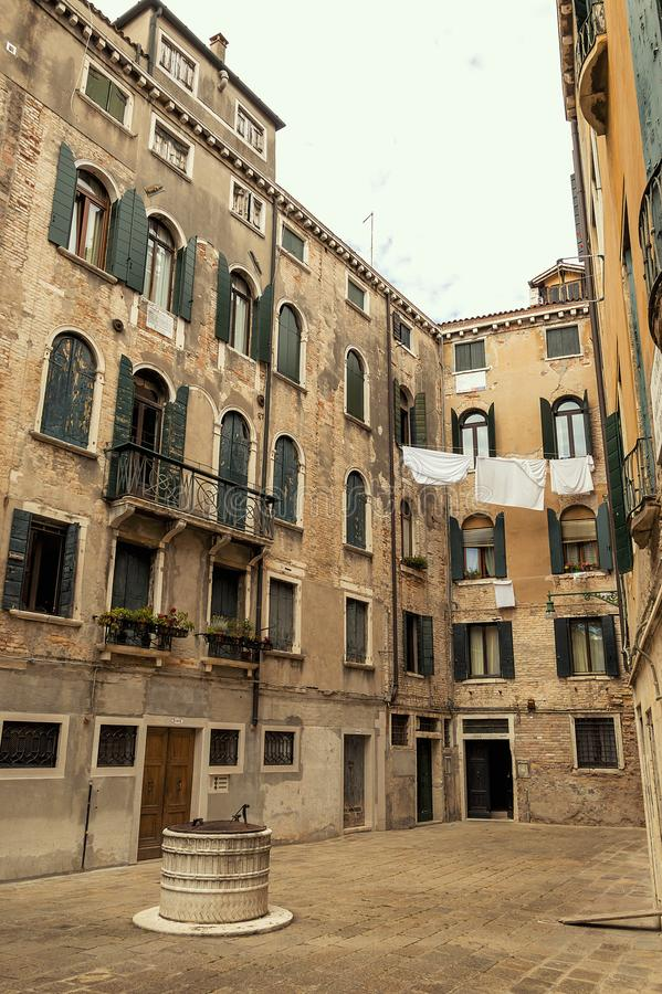 Небольшая площадь в средневековом центре Венеции стоковая фотография