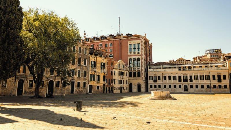 Небольшая площадь в средневековом центре Венеции стоковые фото