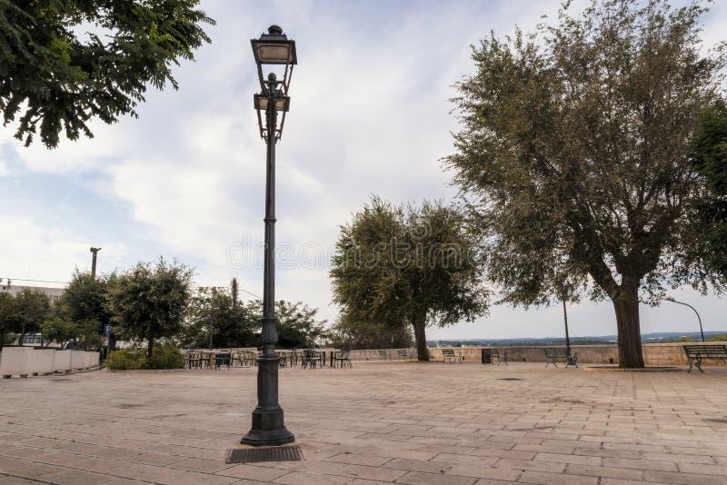 Небольшая площадь в Ceglie Messapica, Salento, Италии стоковое фото rf