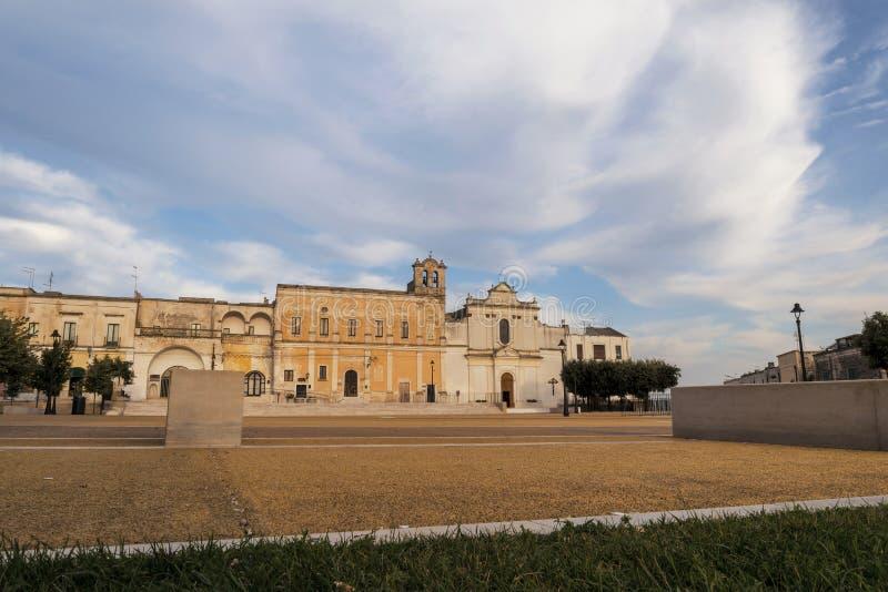 Небольшая площадь в Oria, Salento, Италии стоковая фотография rf