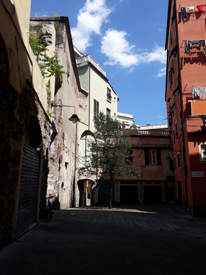 Небольшая площадь между переулками стоковое изображение rf