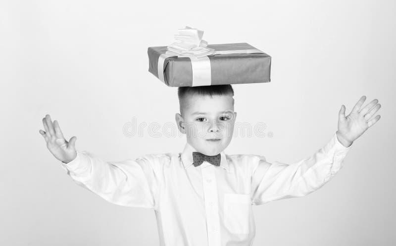 Небольшая подарочная коробка владением мальчика Рождество или подарок на день рождения Мечты приходят истинный Подарки покупки Сч стоковые фотографии rf