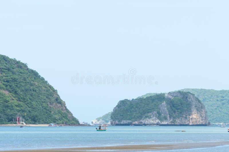 Небольшая рыбацкая лодка в море стоковая фотография rf