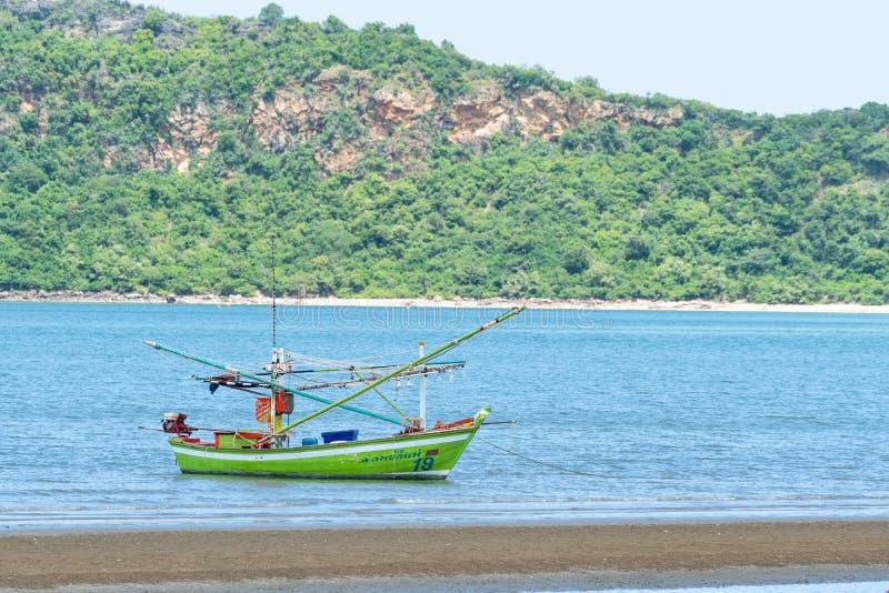 Небольшая рыбацкая лодка стоковая фотография rf
