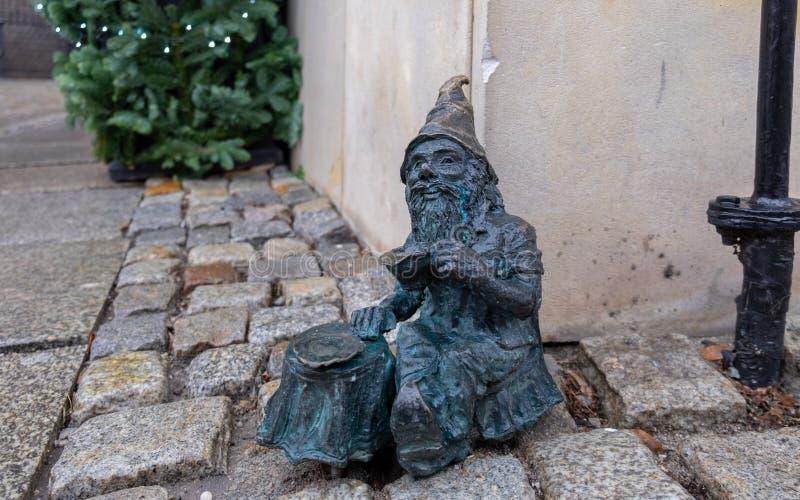 Небольшая скульптура бронзового гнома на Wroclaw стоковые изображения