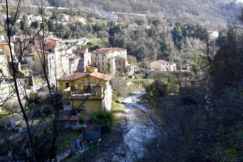 Небольшая старая деревня около Carrana в Тоскане, Италии стоковое фото