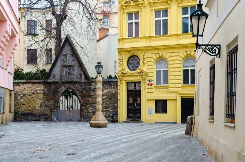 Небольшая улица в историческом районе Праги, чехии стоковое фото rf