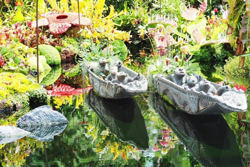 Небольшая шлюпка скульптуры в саде стоковая фотография