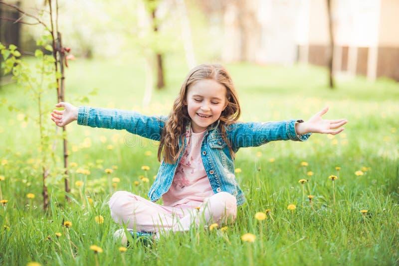 Небольшая preteen девушка наслаждаясь летними днями стоковое изображение rf