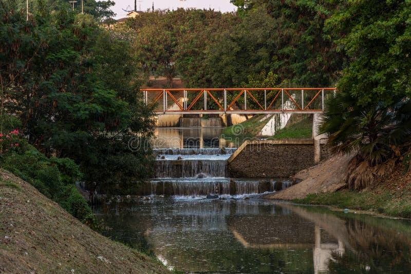 Небольшие водопады вдоль реки в экологическом парке, Индаятуба, Бразилия стоковое изображение rf