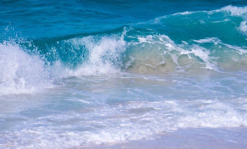 Небольшие волны приходя от Атлантического океана стоковые фотографии rf