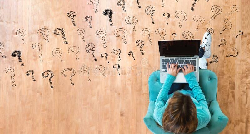 Небольшие вопросительные знаки с женщиной используя ноутбук стоковые фотографии rf