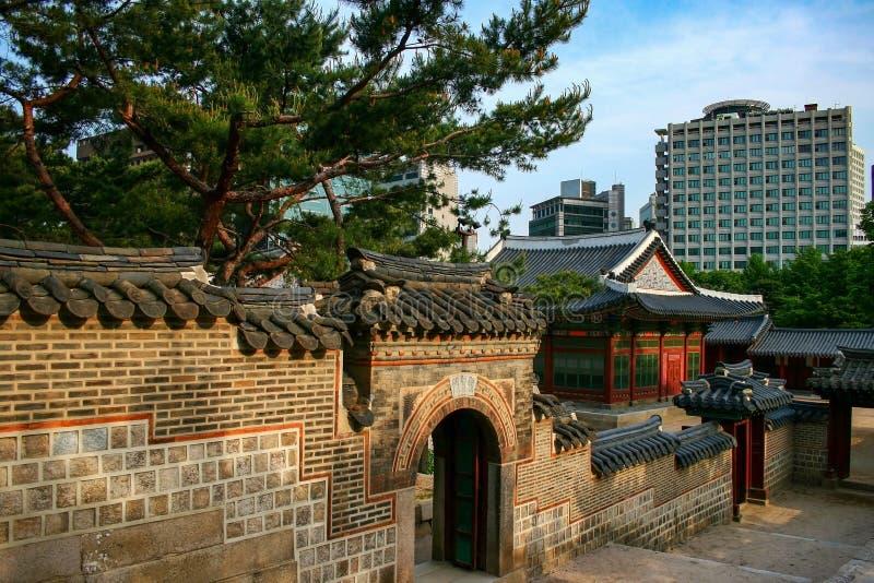 Небольшие ворота Дворца Докусуунг в соседней стене, Сеул, Южная Корея стоковое изображение