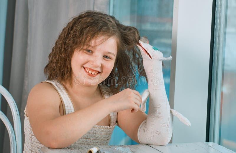 Небольшие девушки с марионетками руки стоковое изображение rf