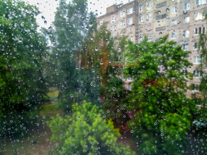 Небольшие дождевые капли на окне стоковые фото