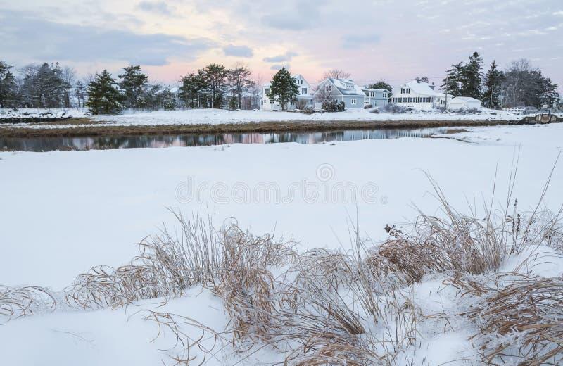 Небольшие дома небольшим рекой Ландшафт зимы уютный сельский США Мейн стоковое изображение