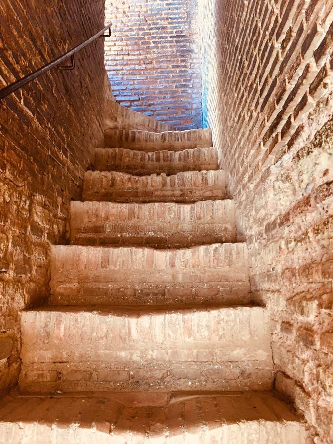 Небольшие каменные шаги внутри военного замка в Гранаде стоковые изображения rf