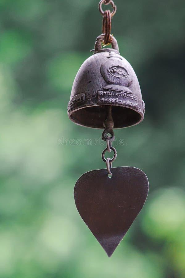 Небольшие латунные колоколы обыкновенно повешены в тайских висках стоковое изображение rf