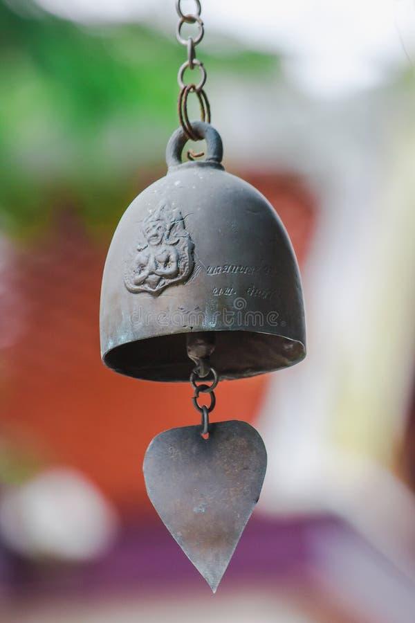 Небольшие латунные колоколы обыкновенно повешены в тайских висках стоковые изображения rf
