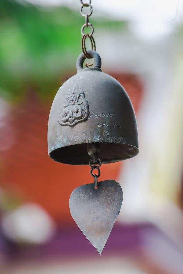 Небольшие латунные колоколы обыкновенно повешены в тайских висках стоковые фото