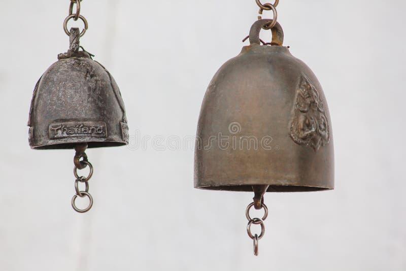 Небольшие латунные колоколы обыкновенно повешены в тайских висках стоковое фото