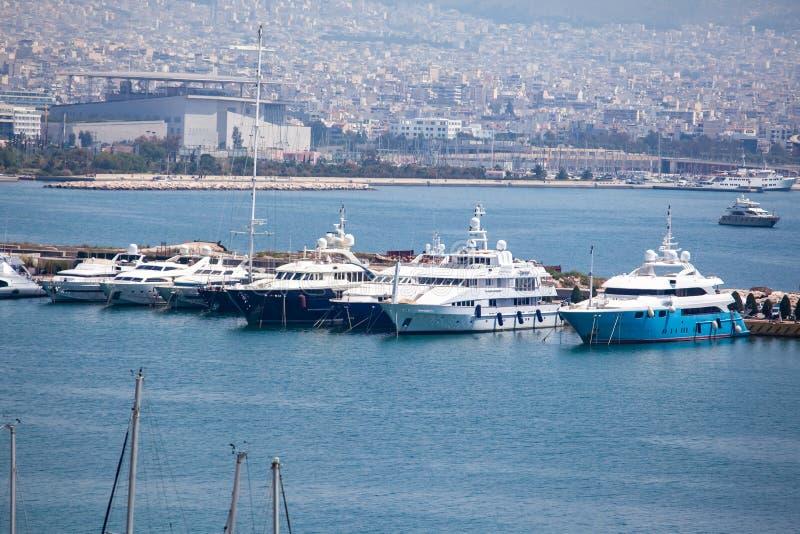 Небольшие парусники и яхты состыкованные на порте Пирея, Греции стоковые изображения