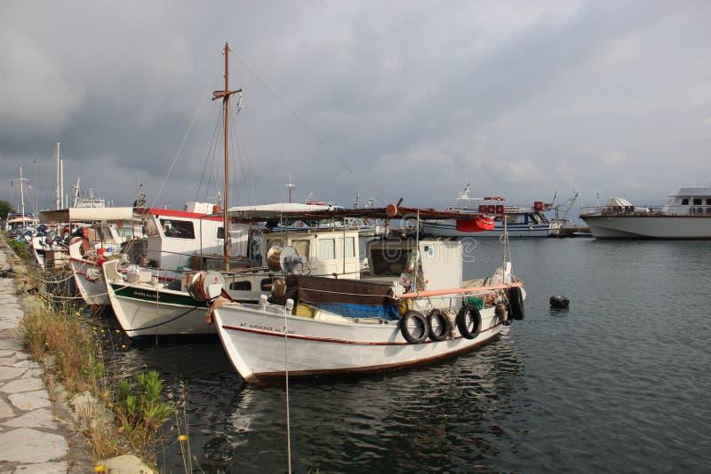 Небольшие рыбацкая лодка и пасмурный стоковое фото