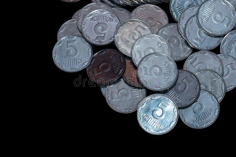 Небольшие украинские монетки изолированные на черной предпосылке Конец-вверх стоковая фотография rf