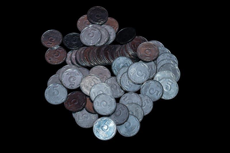 Небольшие украинские монетки изолированные на черной предпосылке Конец-вверх стоковые фото