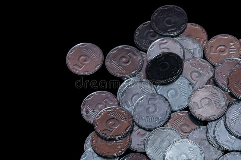 Небольшие украинские монетки изолированные на черной предпосылке Конец-вверх стоковое фото rf