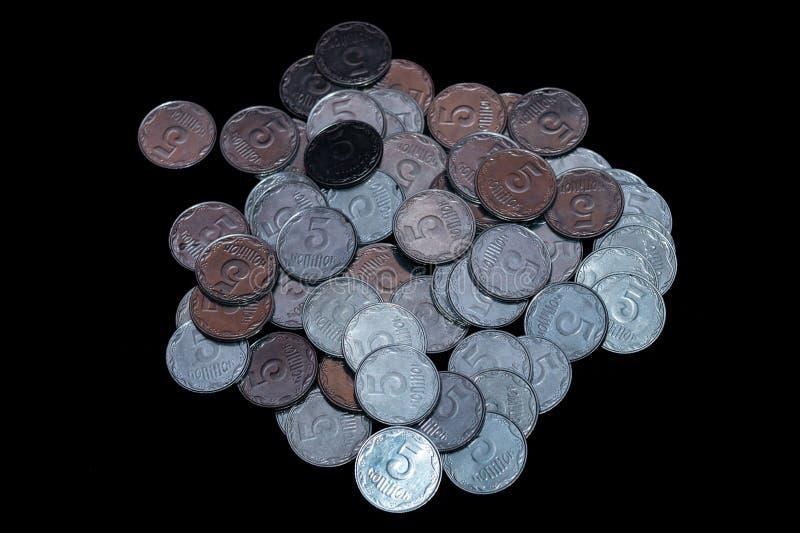 Небольшие украинские монетки изолированные на черной предпосылке Конец-вверх стоковое изображение