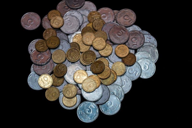 Небольшие украинские монетки изолированные на черной предпосылке Конец-вверх стоковое изображение rf
