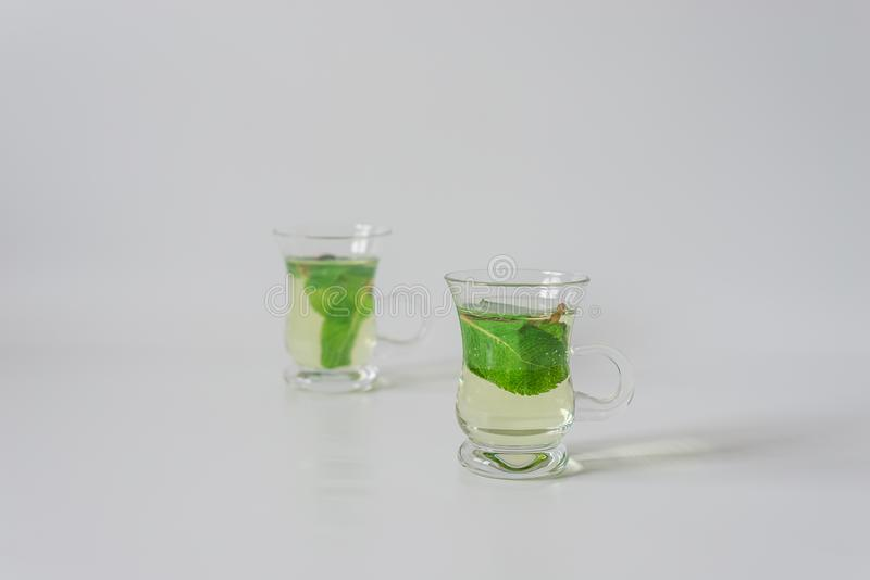 Небольшие чашки чая с листьями mentha стоковая фотография rf