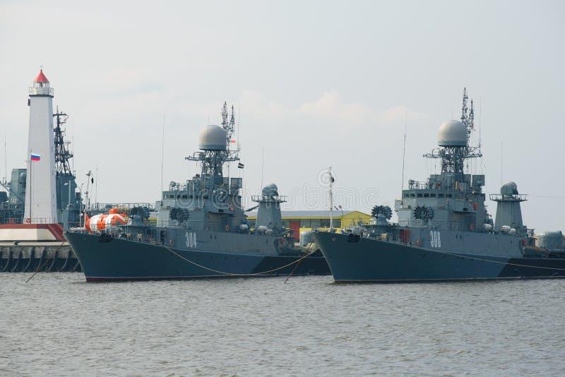 2 небольших корабля анти--подводной лодки в гавани Kronstadt стоковые фото