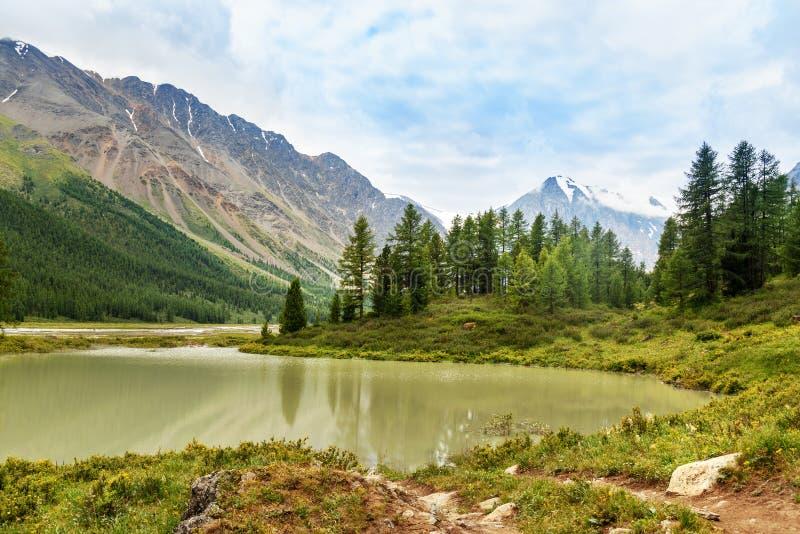 Небольшое озеро в долине Aktru Республика Altai, Россия стоковая фотография